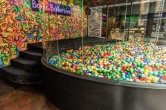 O bar conta com duas piscinas de bolinhas. Diversão pura!